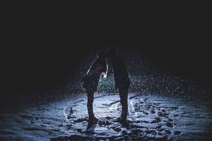 couple-kissing-1149677_1280